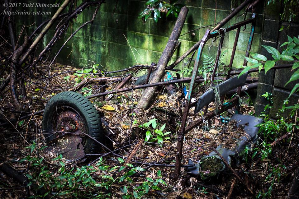 朽ち果てた台車