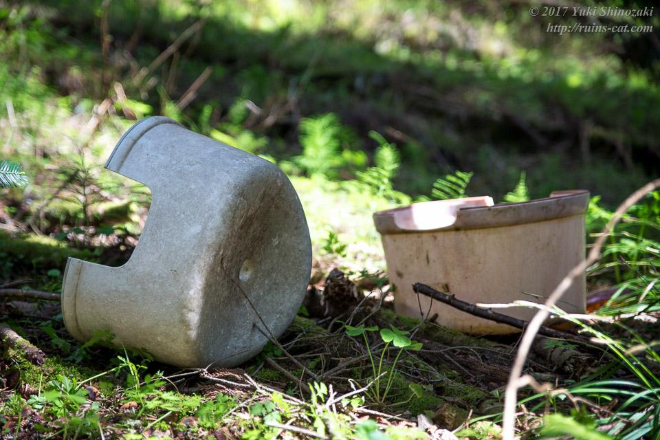 遺されたプラスチック製の風呂桶と椅子