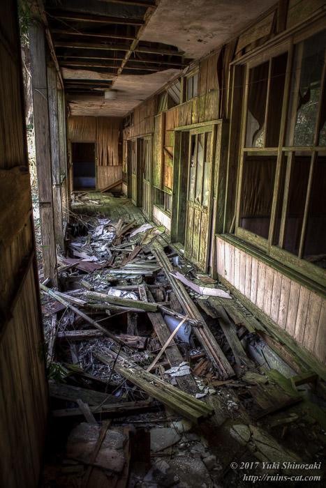 ボロボロの廊下内