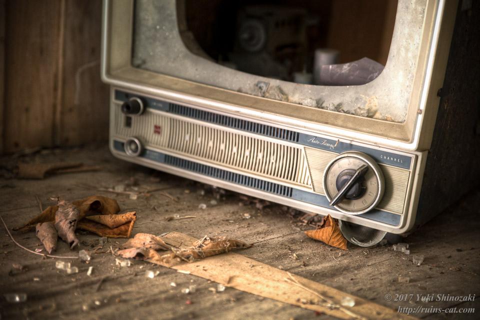 チャンネルがねじ回し式のテレビ