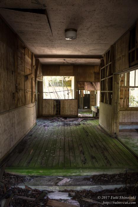 昇降口より校舎内を見る