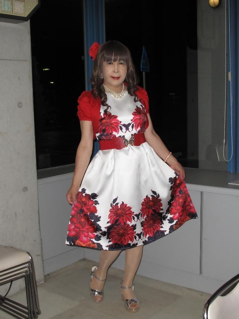 裾花柄のショートドレスロビー(2)