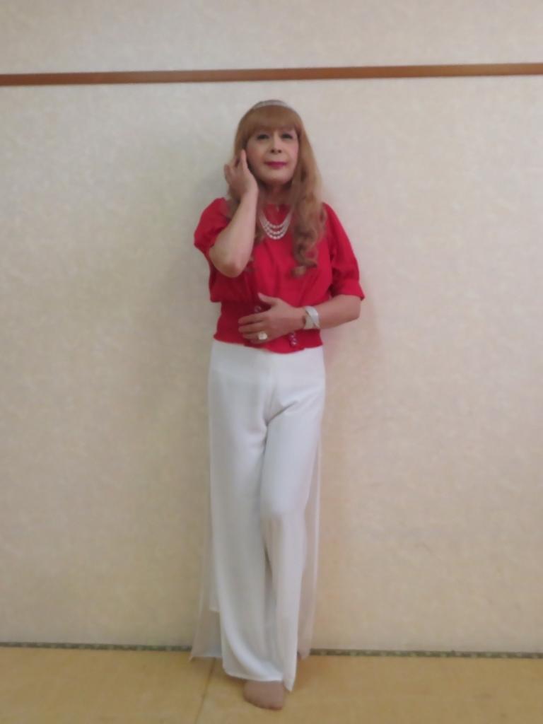 赤トップ白ドレスパンツ(1)