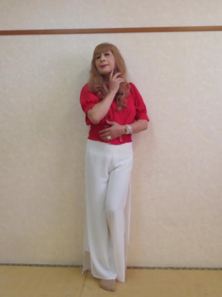 赤トップ白ドレスパンツ(2)