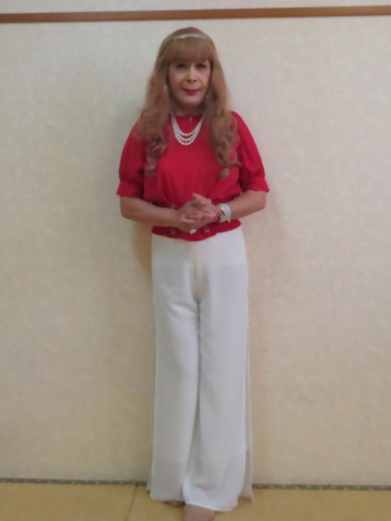 赤トップ白ドレスパンツ(3)
