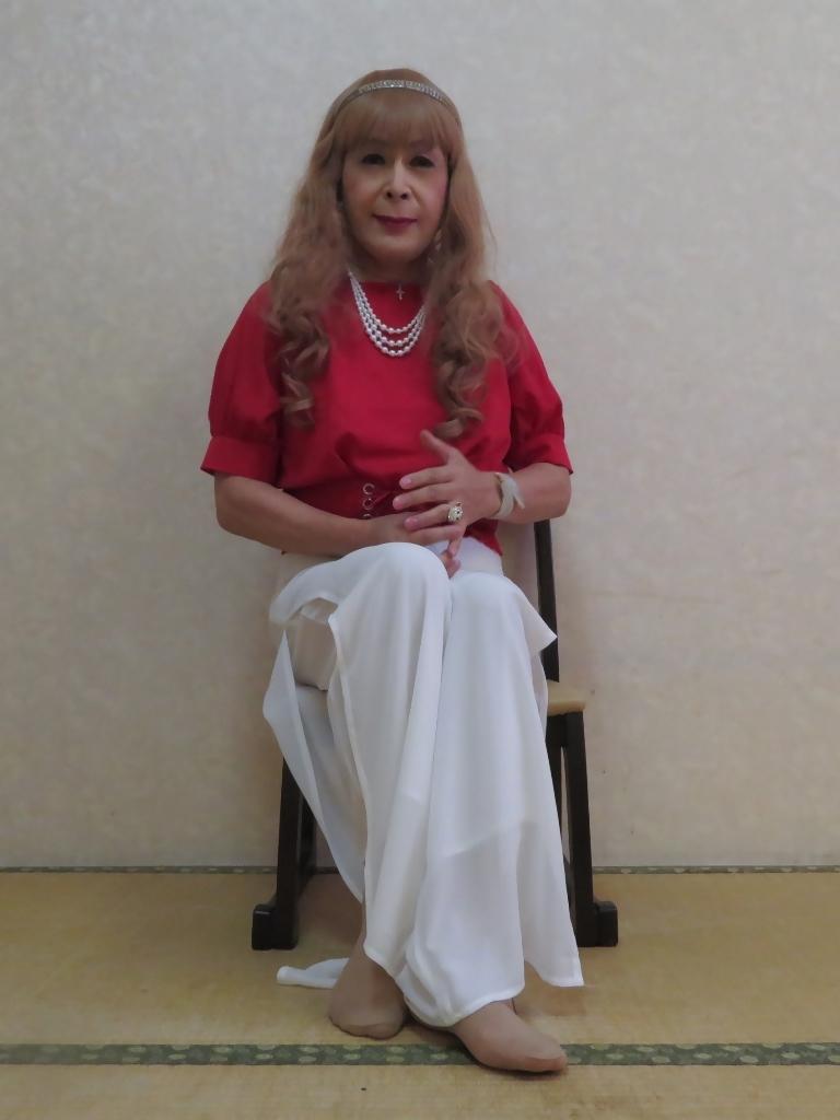 赤トップ白ドレスパンツ(4)