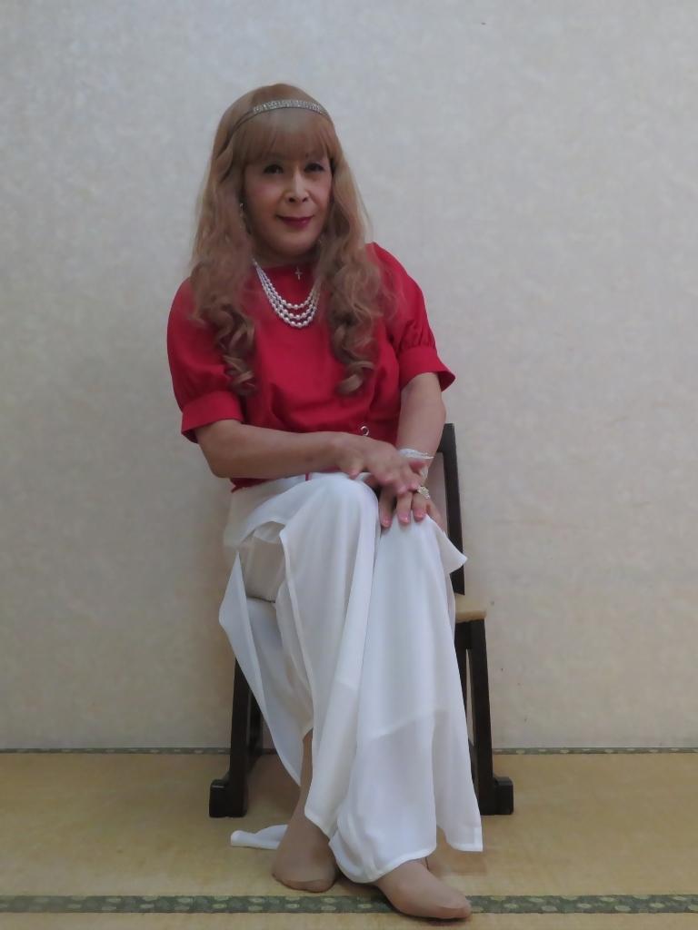 赤トップ白ドレスパンツ(5)