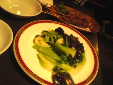 青菜の炒め物とラムのスパイシー串