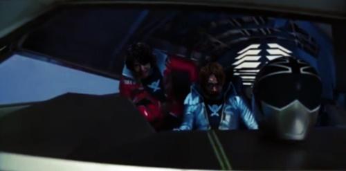 戦隊ヒーロー、ゴーカイジャーのゴーカイレッドとシルバーが敵陣に突入