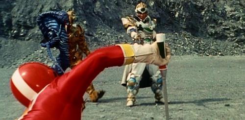 戦隊ヒーロー、ファイブレッドがやられてスーツが破壊される