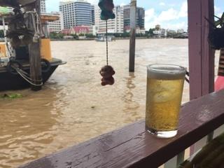 川沿いの席で氷ビール