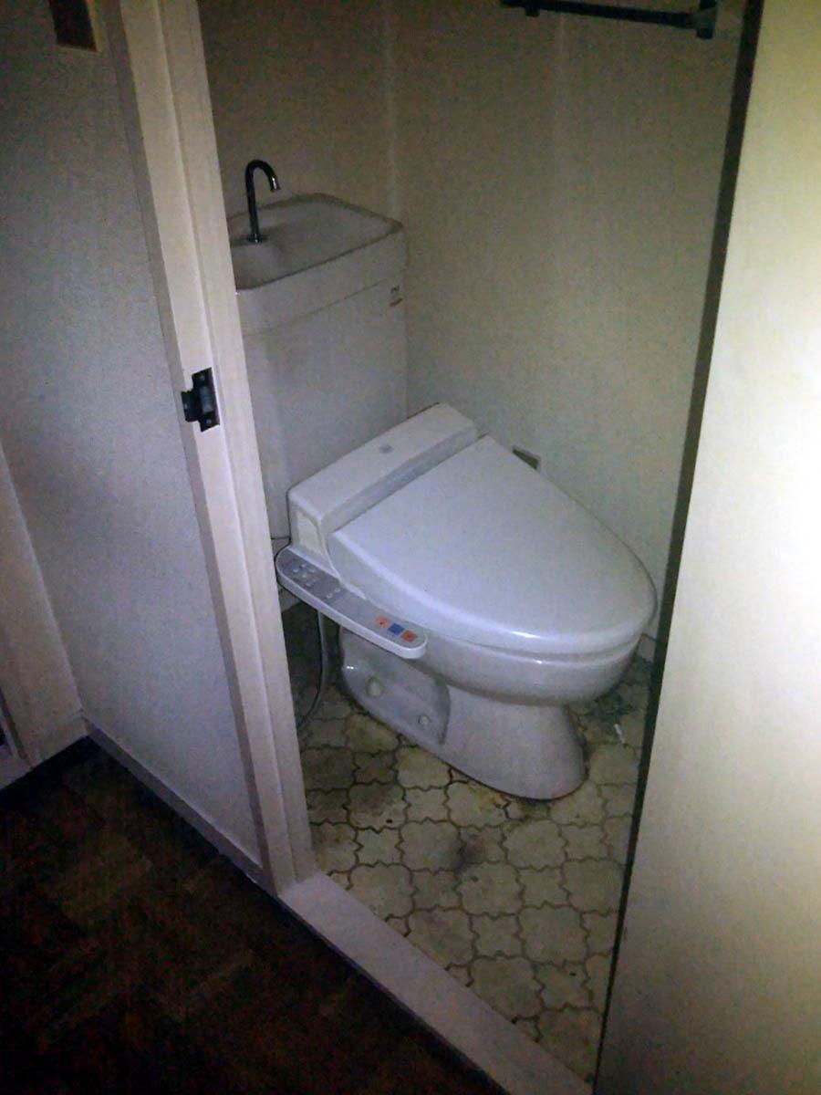小林邸トイレ 前