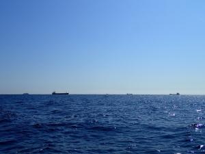 PA090013 10時半ころ、沖では大型船が行き交う