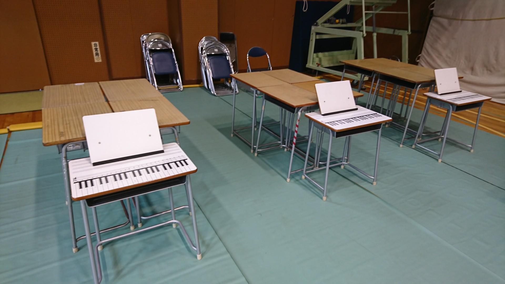 音楽室の机