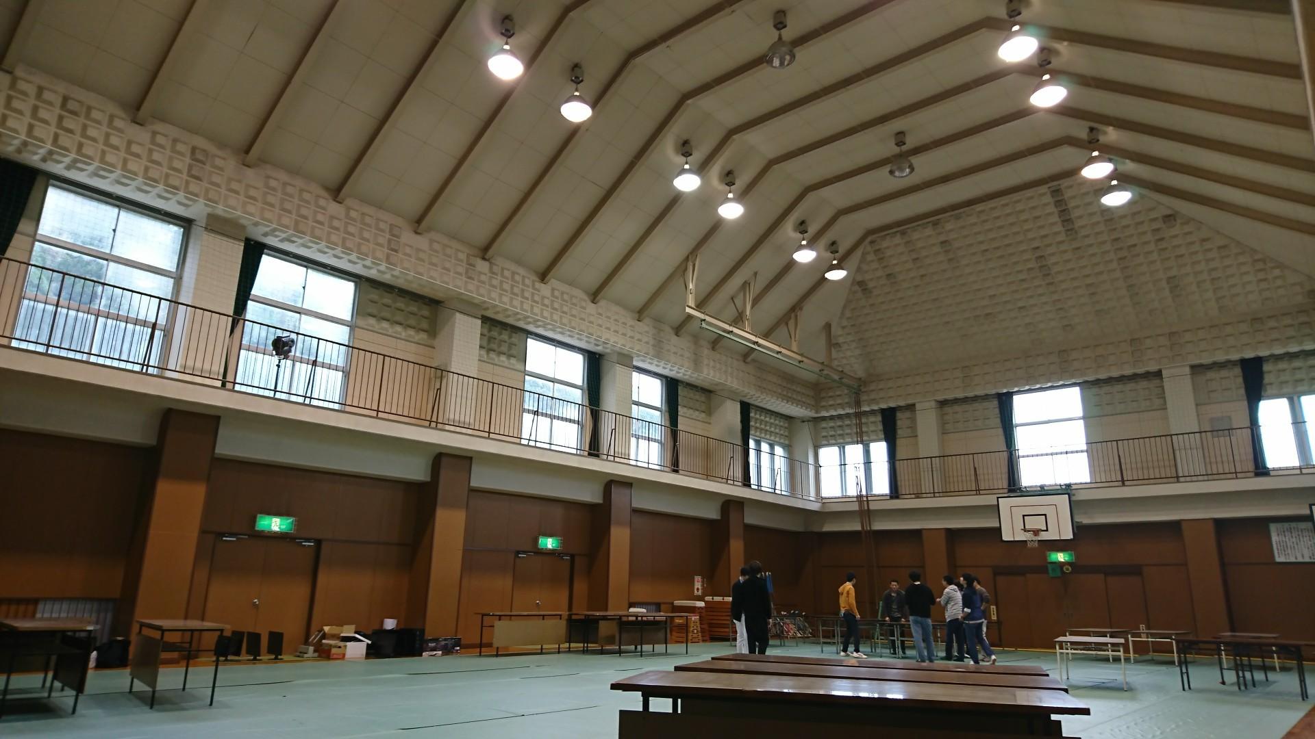 設営前の体育館