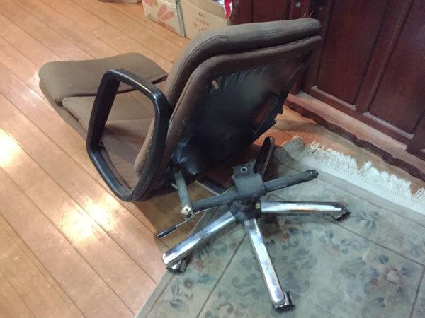 椅子がぶっ壊れた-(1)