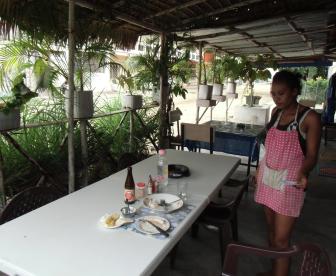マダガスカル海岸のレストラン昼食風景