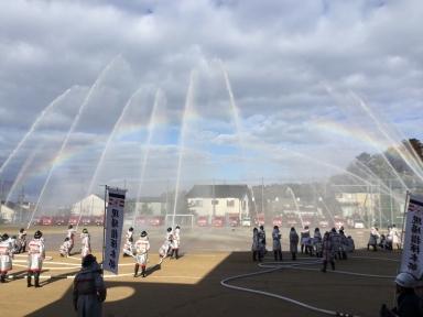 一斉放水にきれいな虹が