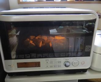電子レンジ焼き芋作成中