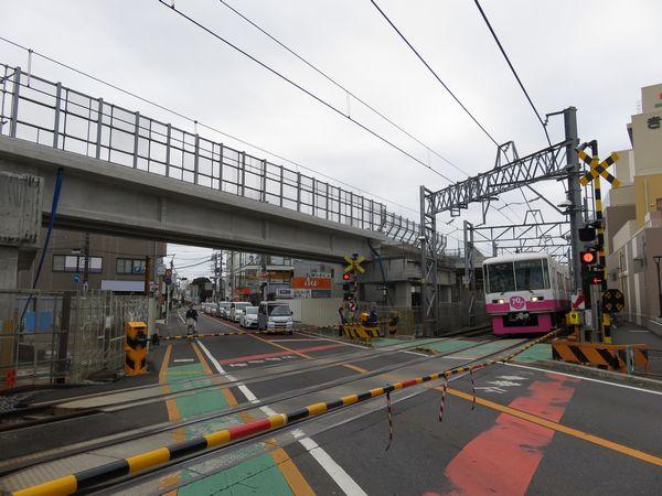 初富駅直前にある初富1号踏切。下り線の高架橋が上空に建設された。