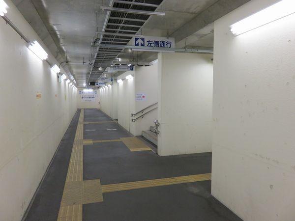 地下道内。右手前から2個目に分岐する通路は下り線ホームへ向かうもの。