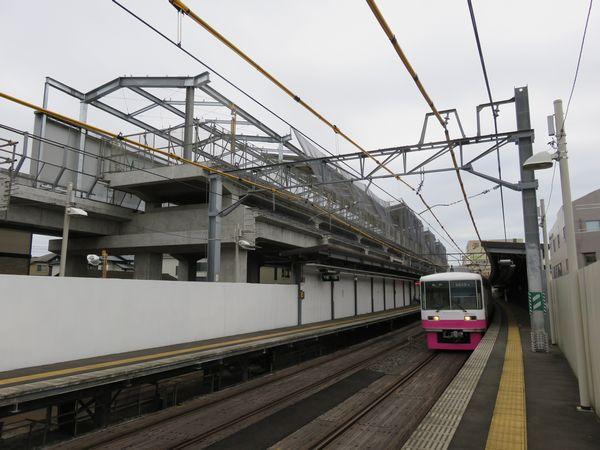 完成間近の初富駅高架ホームと地上ホームに到着する8800形電車。
