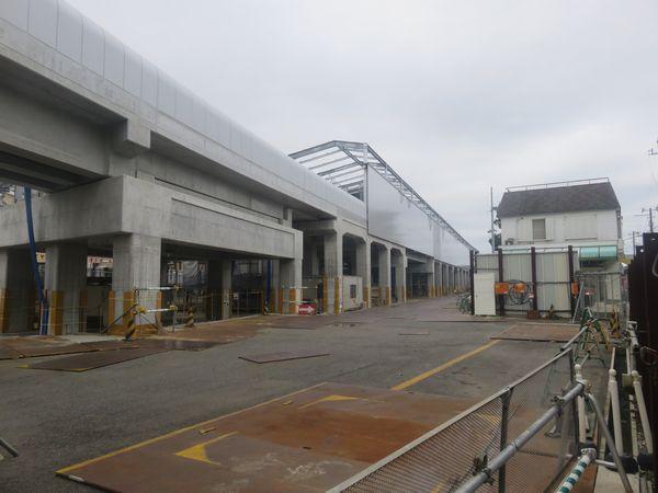 東側(仮駅舎側)から建設中の高架ホームを見る。