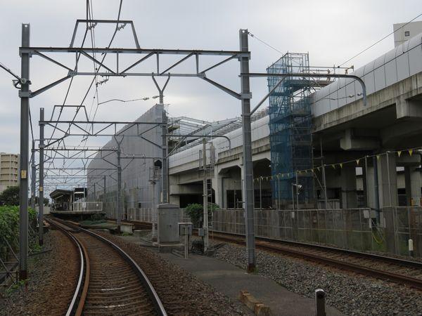 新鎌ヶ谷駅京成津田沼寄りにある新鎌ヶ谷1号踏切から仮線のホームと建設中の高架ホームを見る。