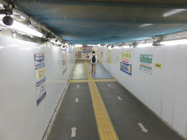 仮線ホームと北総線下の改札口を結ぶ通路。コンコースの工事開始に伴い、天井や壁が仮のものに変わった。