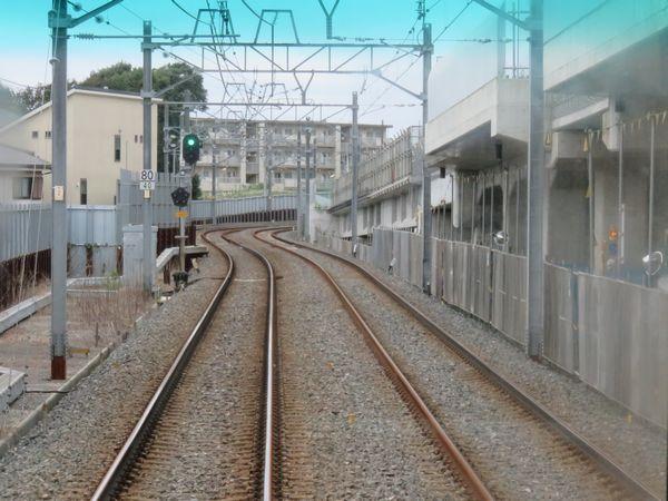 北初富駅を出ると高架橋の高さが徐々に低くなり、地上の線路と合流する。