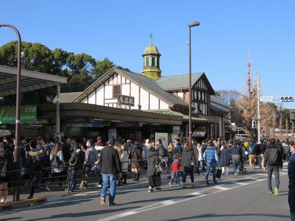 都内最古の木造駅舎となった原宿駅表参道口。臨時ホーム増設化後は現駅舎の隣に新駅舎が建設されるが、この駅舎の扱いは未定である。