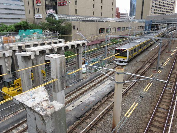 解体が進む飯田橋駅西口と中央・総武線の新顔E231系500番台