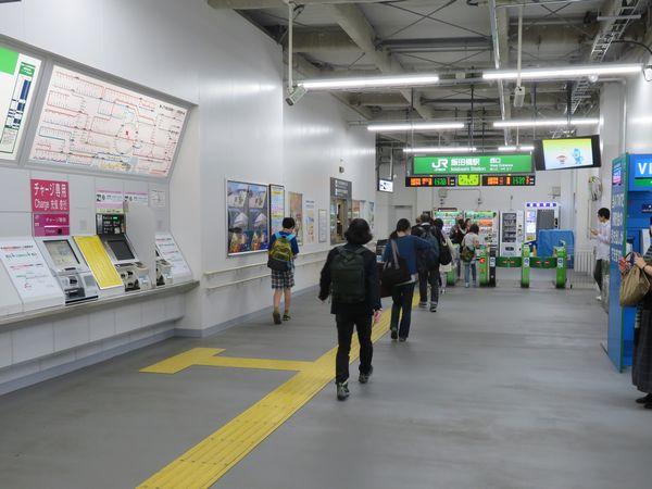 仮駅舎内の改札口