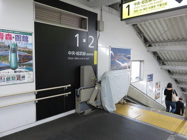 仮駅舎内の階段は使用開始後に車椅子用リフト(エスカル)が追加された
