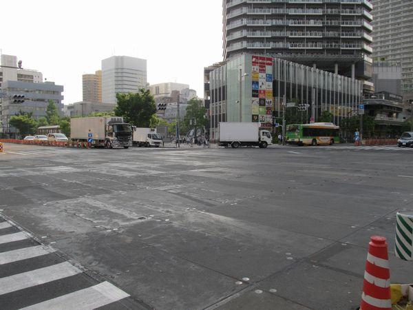 勝どき駅真上にある清澄通りと晴海通りの交差点。地下工事に伴い路面が板に置き換えられている。