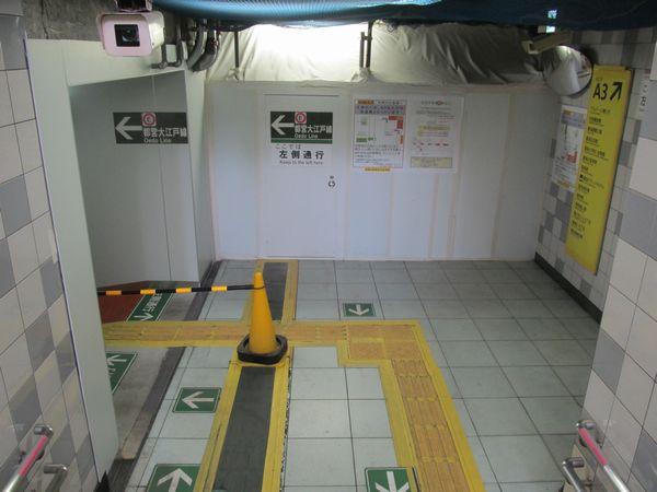 踊り場から地下2階の間は2015年以降封鎖されており、左の壁を打ち抜いて駐輪場内へ迂回している。