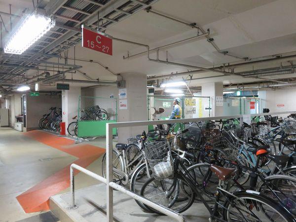 駐輪場内は柵を置いて駅の利用者人と駐輪場の利用者を分離している。