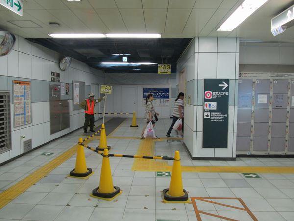 駐輪場内から地下2階へ通じる階段は狭いため、バリケードを置いて方向別に誘導を行っている。