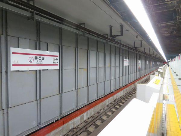 地下2階の大門・六本木方面行きホーム側の壁は取り外し可能な鉄製の板に置き換えられた。