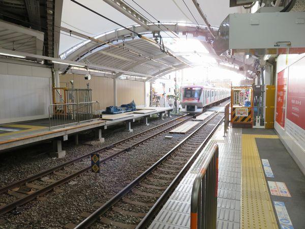 自由が丘駅二子玉川方で行われているホーム延伸工事。