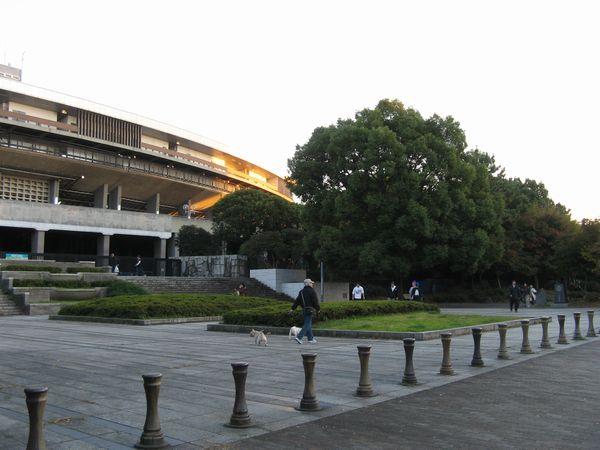 旧国立競技場(国立霞ヶ丘陸上競技場)と明治公園。現在は更地になり2020年東京オリンピックに向け、新競技場の建設が進められている。