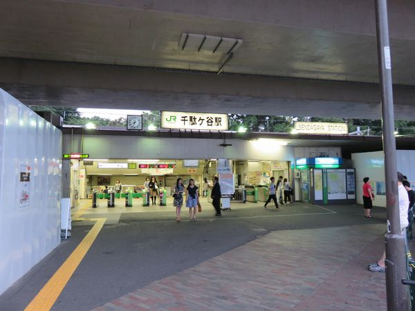 千駄ヶ谷駅駅舎。右側にはベックスコーヒーなど店舗があったが、この時点で全て閉店済み。