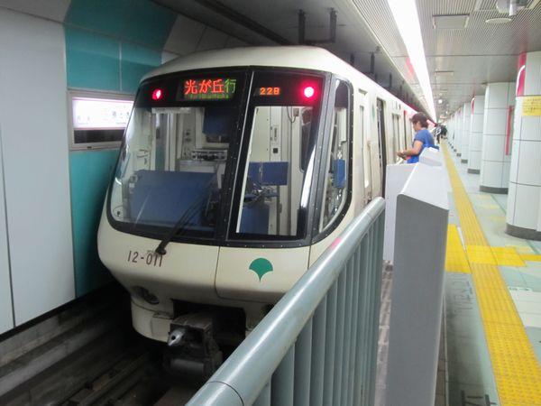 都営大江戸線12-000形電車。写真の白色塗装車は1991年の都営12号線光が丘~練馬間部分開業時に製造されたもので、老朽化のため2016年夏までに全車両が引退した。