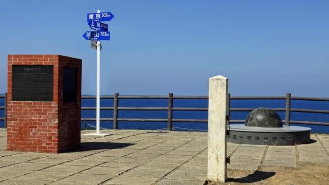 18禄剛崎灯台説明石碑と方面標識と地球儀