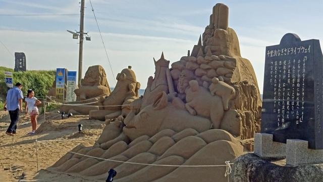 27千里浜なぎさドライブウェイ石碑と砂の像