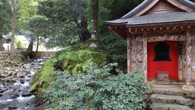 31永平寺川と小さな祠と伏流水の滝