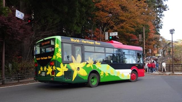 19神橋交差点の紅葉模様の路線バス