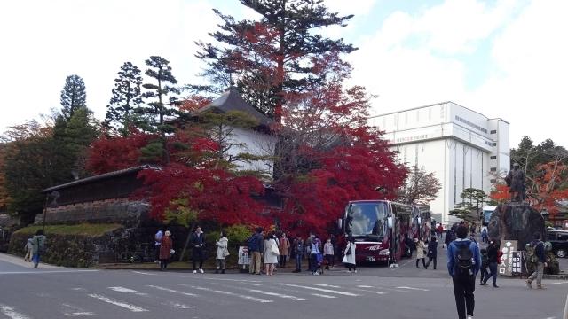 21輪王寺入口と紅葉