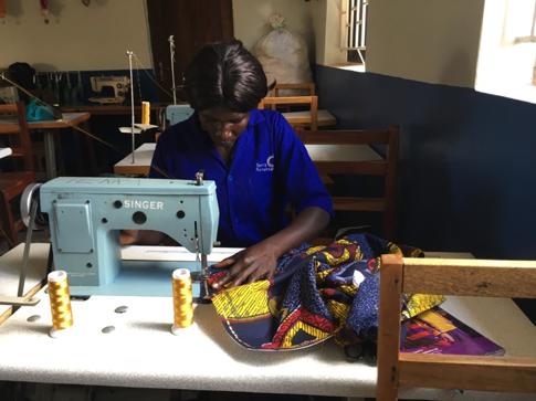 服飾デザイン用のミシンで刺繍をしています