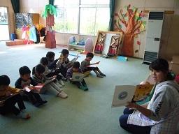教師の読み聞かせ※今回は,園児も同じ本を見ています。